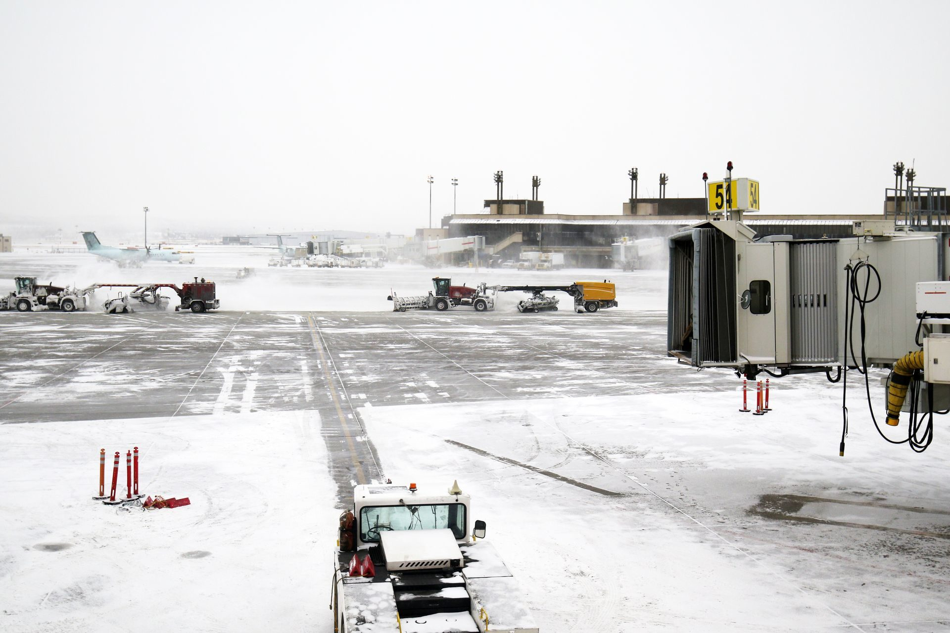 Heavy snowstorms cancel flights across the USA, April 10, 2019